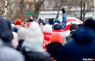 Минчане провели акцию солидарности с пенсионерами возле театра оперы и балета