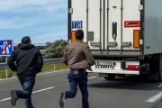 За день две тысячи мигрантов попытались попасть в Англию через тоннель