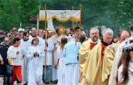 Видеофакт: Тысячи католиков заполнили центр Минска