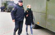 Фотофакт: Отважная белоруска спокойно идет в автозак
