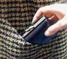 Житель Жлобина украл видеокамеру и на вырученные деньги угостил ее владельцев