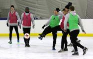 Фотофакт: Наставник жодинского «Торпедо» тренирует футболистов на льду