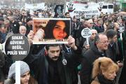 Убийство девушки водителем маршрутки в Турции вызвало массовые протесты