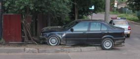 Пьяный бесправник на BMW протаранил забор в Минске