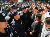 В Китае укололи шприцами 500 человек