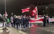 В Уручье проходит вечерний марш
