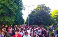 Минчане гуляют по городу, автомобилисты сигналят в поддержку