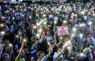 Тысячи огоньков зажгли белорусы над площадью Независимости