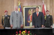 Фотофакт: Протестующие в Венесуэле повесили статую Чавеса