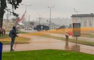 «Тореадор» с бело-красно-белым флагом сражается с «быком-водометом»
