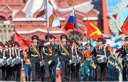 Российский солдат разбил стекла машины ФСО перед парадом на Красной площади