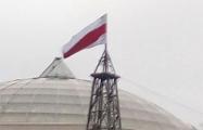 В центре Кобрина подняли огромный бело-красно-белый флаг