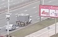 Видеофакт: Лукашисты толкают заглохший автозак