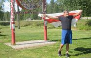 Беларускі фэрмэр узняў бел-чырвона-белы сцяг на палярным крузе