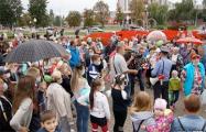 В Светлогорске прошел протестный флешмоб против китайского завода, люди выходили семьями