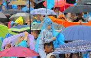 Свечи под дождем: Сильный фоторепортаж из Будслава