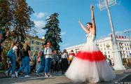 История белоруски, которая гуляет по Минску в свадебном бело-красно-белом платье
