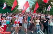 Видеофакт: Многотысячная колонна протестующих движется на Окрестина