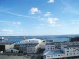 Полузатонувший танкер с растворителем отбуксируют во французский порт