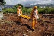 Количество погибших от Эболы превысило четыре тысячи