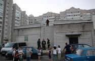 Фотофакт: В Могилеве МЧС приехало, чтобы достать детям мяч с крыши