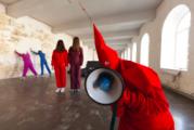 Перфоманс в Петербурге: примерь костюм диктатора-лилипута