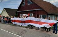Жители Сморгони растянули большой бело-красно-белый флаг