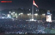 Митингующие в Бишкеке захватили пожарную машину и пошли в наступление на силовиков