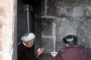 Китайская семейная пара оборудовала свой дом гробами