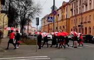 Белоруски с бело-красно-белыми зонтами прошлись по Минску