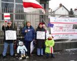 Белорусы Варшавы принесли цветы к посольству США (Фото)