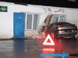 Бесправница на Peugeot протаранила стену здания