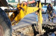 Видеофакт: В минском дворе асфальт укладывали экскаватором