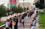 «Немецкая волна»: У ЦИК Беларуси собрались тысячи сторонников Бабарико и Цепкало