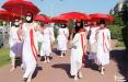 Минчанки в белом прошлись по городу с красными зонтами