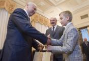 Коля подарил Александру Турчинову пакет