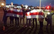 Жители минской Малиновки вышли на акцию с баннером «Нас не сломить»
