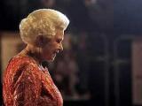 Английская королева поехала в отпуск на общественном транспорте