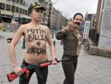 Путина в Брюсселе встретили FEMEN с автоматом