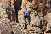 Адепт фэншуй в Китае выкрасил два квадратных километра скалы в зеленый цвет