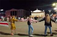 На Октябрьской площади минчане водят хоровод