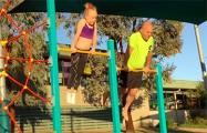 Видеохит: Отец пытается повторить гимнастические трюки 9-летней дочери