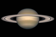 Снимки Сатурна за 11 лет соединили в авангардное видео