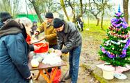 Брестчане украсили елку и накрыли стол для бездомных
