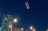 Над Каменной Горкой летает квадрокоптер с бело-красно-белым флагом
