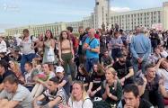 Тысячи минчан сели на площади Независимости в знак того, что акция мирная