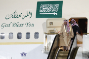 Под королем Саудовской Аравии остановился трап-эскалатор