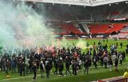 Болельщики «Манчестер Юнайтед» прорвались на поле перед матчем с «Ливерпулем»