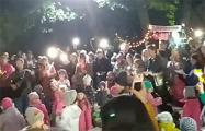 Видеофакт: Более сотни человек поют «Муры» в парке в Минске
