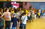 Фотофакт: Несколько сотен минчан стоит в очереди в Музей мороженого